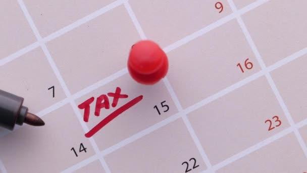 koncepce daňového dne s kalendářním datem a perem
