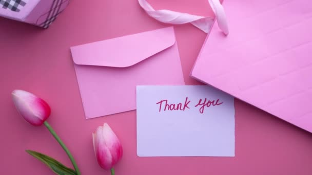 Ansicht von oben Danksagung und Geschenkbox auf rosa Hintergrund