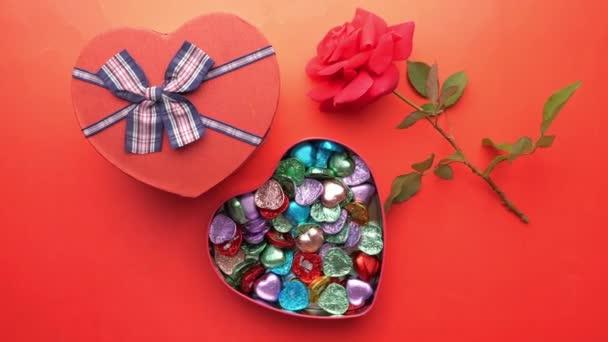 vrchní pohled na srdce ve tvaru cukroví v luku a obálce