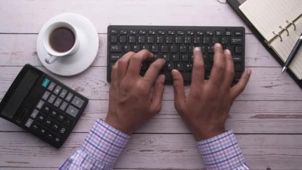 felső nézet férfi kéz gépelés billentyűzeten az irodai asztalon