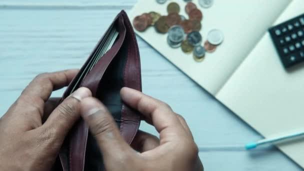 pohled shora na mužskou ruku s prázdnou peněženkou