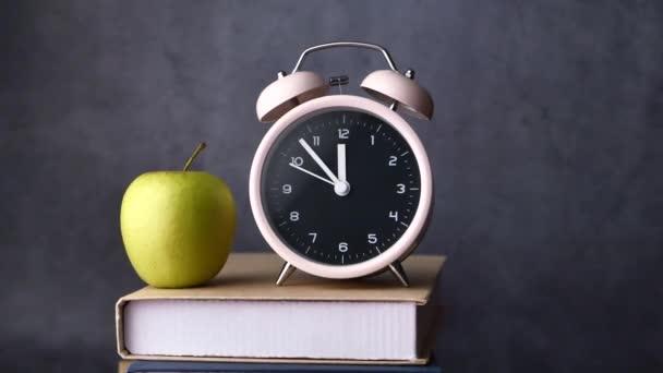 Vissza az iskolába háttér óra, alma, könyvek és ceruzák