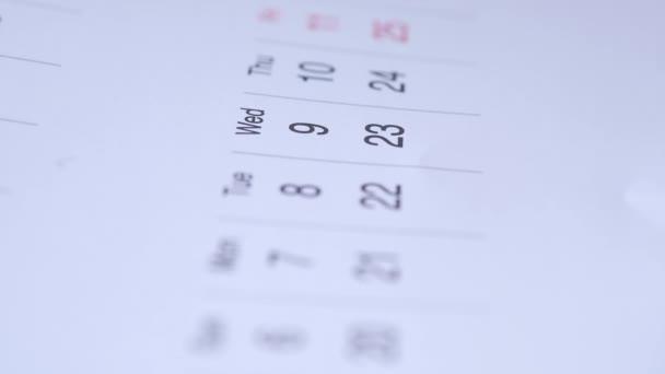 koncept termínu s červenou značkou v kalendářní den