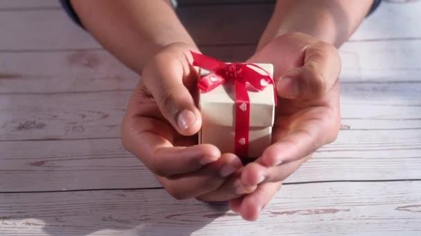 zblízka muž ruka držení Valentýna dárek