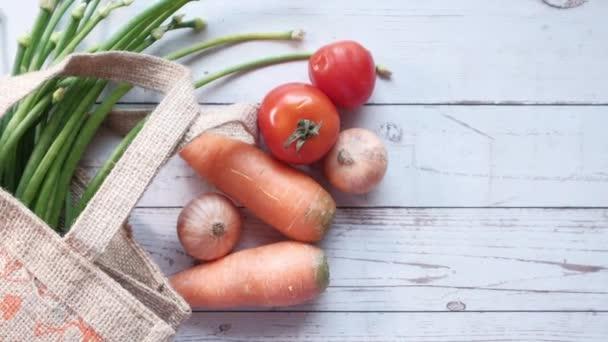 Ekologická opakovaně použitelná taška s různými čerstvými ekologickými zeleninami