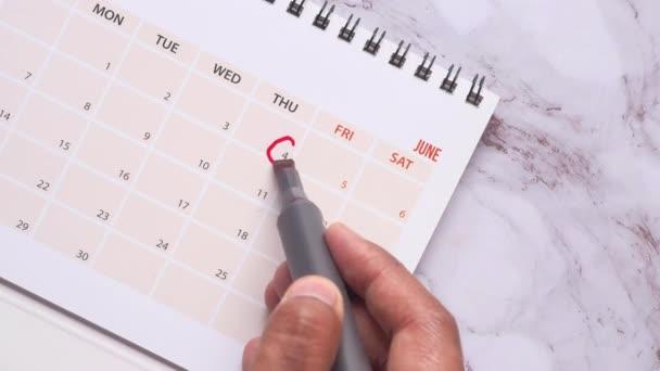 mans ruka s perem označení na kalendáři, termín koncept