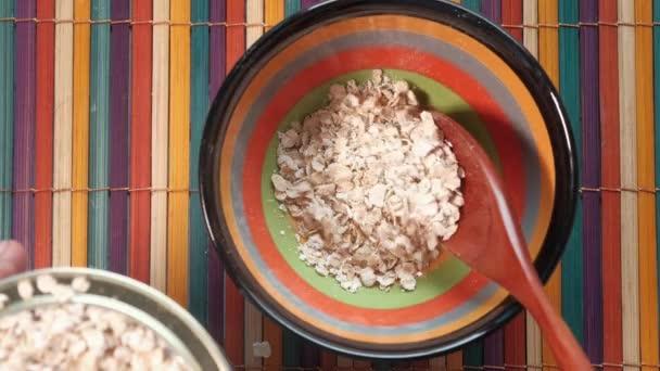 Haferflocken in Schale, gesundes Ernährungskonzept