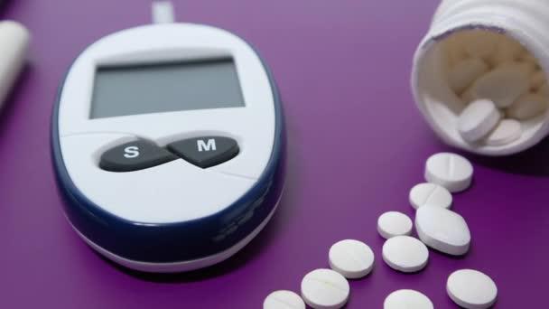 měření hladiny cukru v krvi pro cukrovku, pilulky a stetoskop