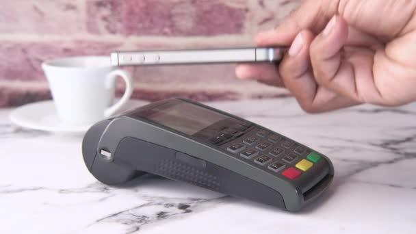 Zahlungsterminal Laden von einem Smartphone, Nahaufnahme