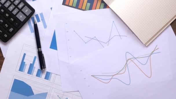 Zavřít finanční diagram a graf na papíře.