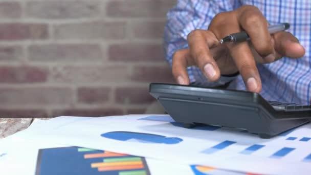 osoba ručně pomocí kalkulačky na offie desk.