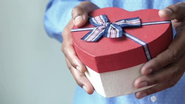 muž ruka drží srdce tvar dárkové krabice