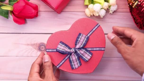 osoba ruka otevření srdce tvar dárkové krabice.