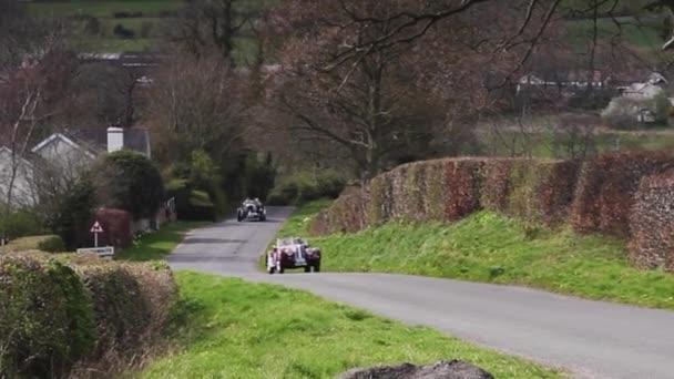A Bentley Tourer and BMW 328 climb Southwaite Hill in Cumbria, England. Auta se účastní 11. ročníku Letecké skotské rallye, veřejné akce zdarma.