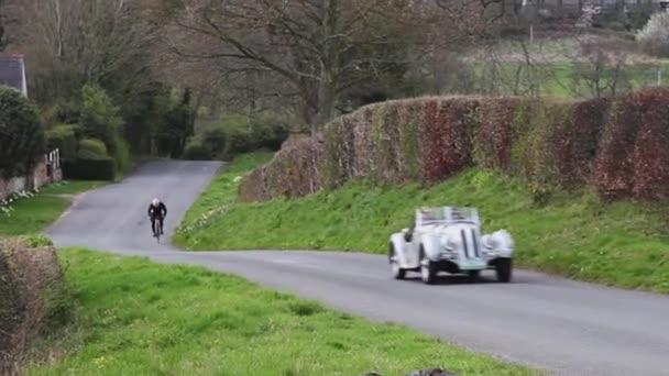 Fraser Nash BMW 328 z roku 1939 vyleze na Southwaite Hill v Cumbrii v Anglii. Auta se účastní 11. ročníku Letecké skotské rallye, veřejné akce zdarma.