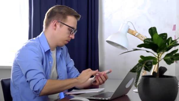 podnikatel účetní dělá výpočty pro on-line finanční zprávu v domácí kanceláři. Znepokojený muž kontroluje účet za notebook, daně, nájem, výdaje, úvěry. domácí podnikové účetnictví v krizi