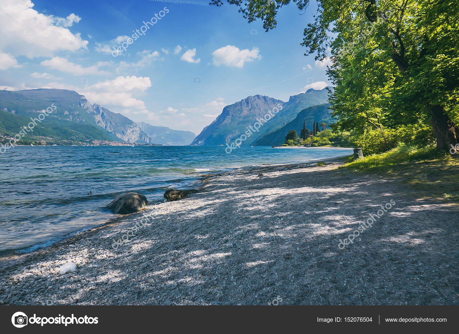 Bello scorcio del lago di como con spiaggia di roccia for Lago con spiaggia vicino a milano