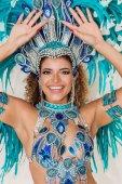Krásná brazilská samba tanečnice detailní portrét usmívá a provádění