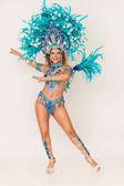 Brazilská samba tanečník portrét na sobě modré tradiční kroje a provádění