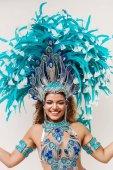 Usmívající se portrét tanečnice samby a nosí tradiční kroje