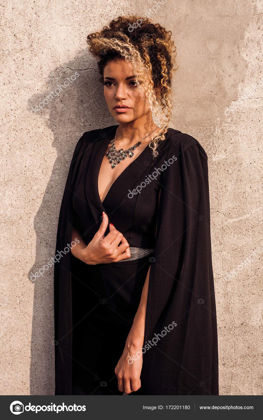 Vestido negro con collar
