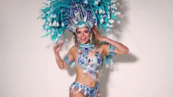 Krásná a šťastná brazilská žena tanec samba, zatímco nosí tradiční kroje