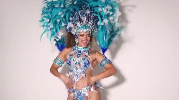 Szép és boldog brazil nő visel hagyományos kék ruha és a tánc a samba