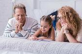 Malá holčička, kreslení a baví se svými prarodiči
