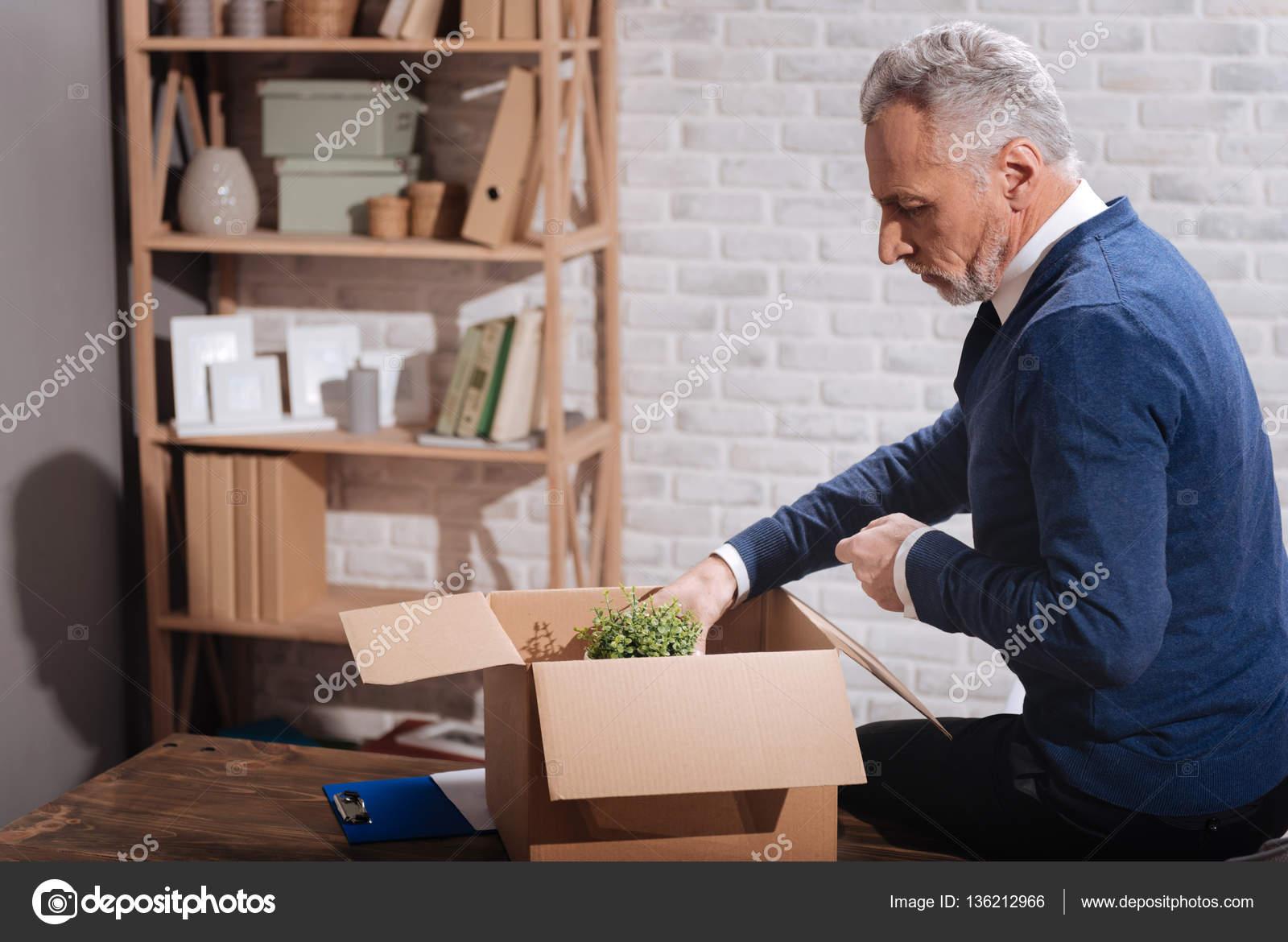 Hombre senior deprimido recogiendo sus pertenencias — Fotos de Stock ...