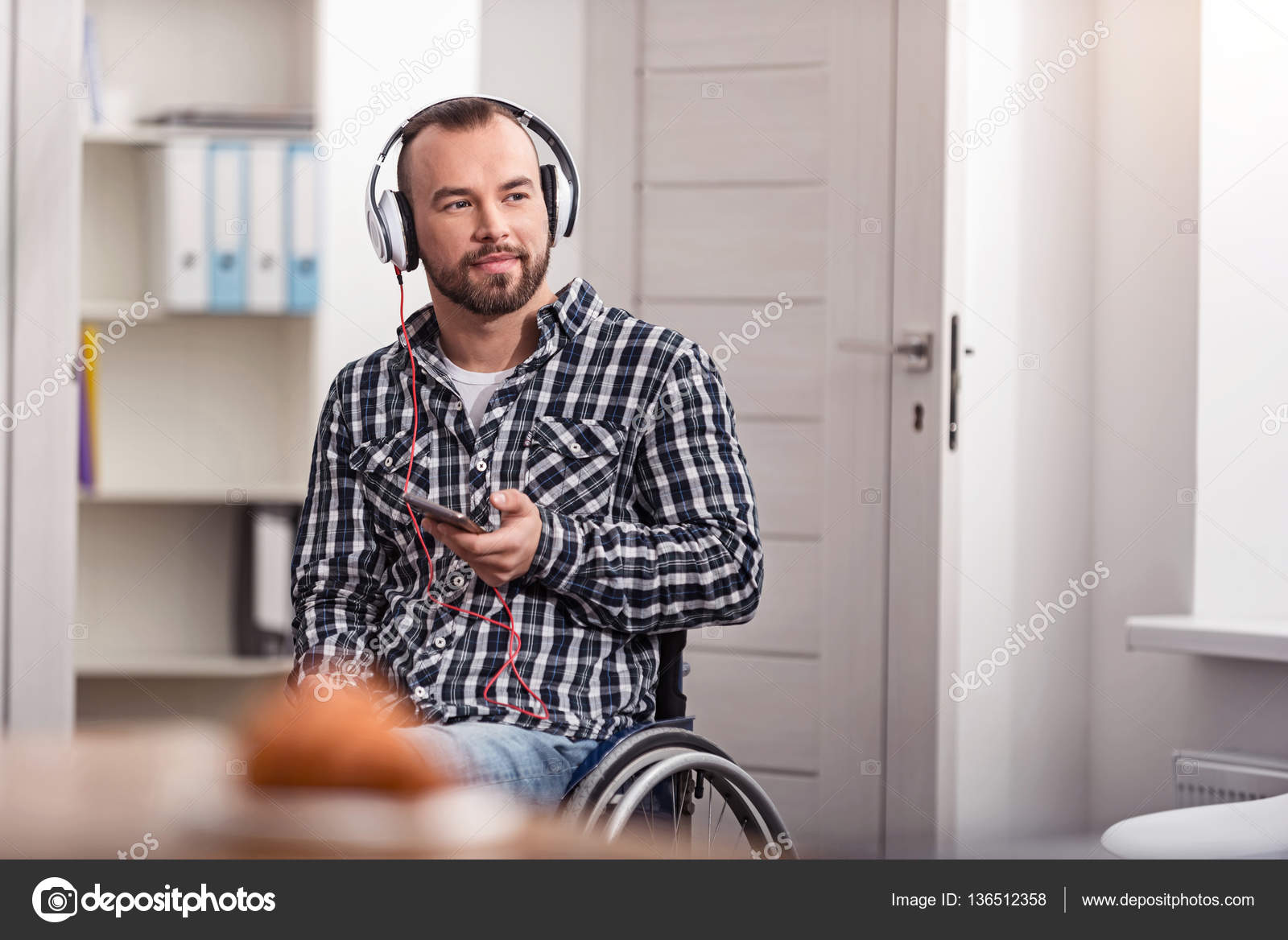 Positive disabled guy changing tracks — Stock Photo