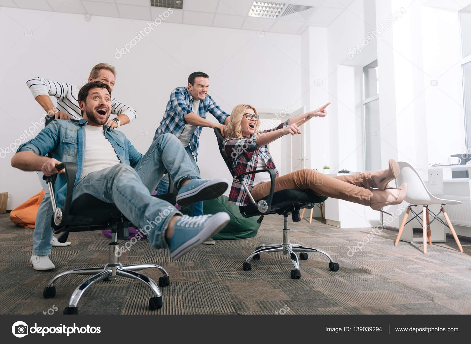 Fröhliche positive Menschen Reiten in die Drehstühle — Stockfoto ...