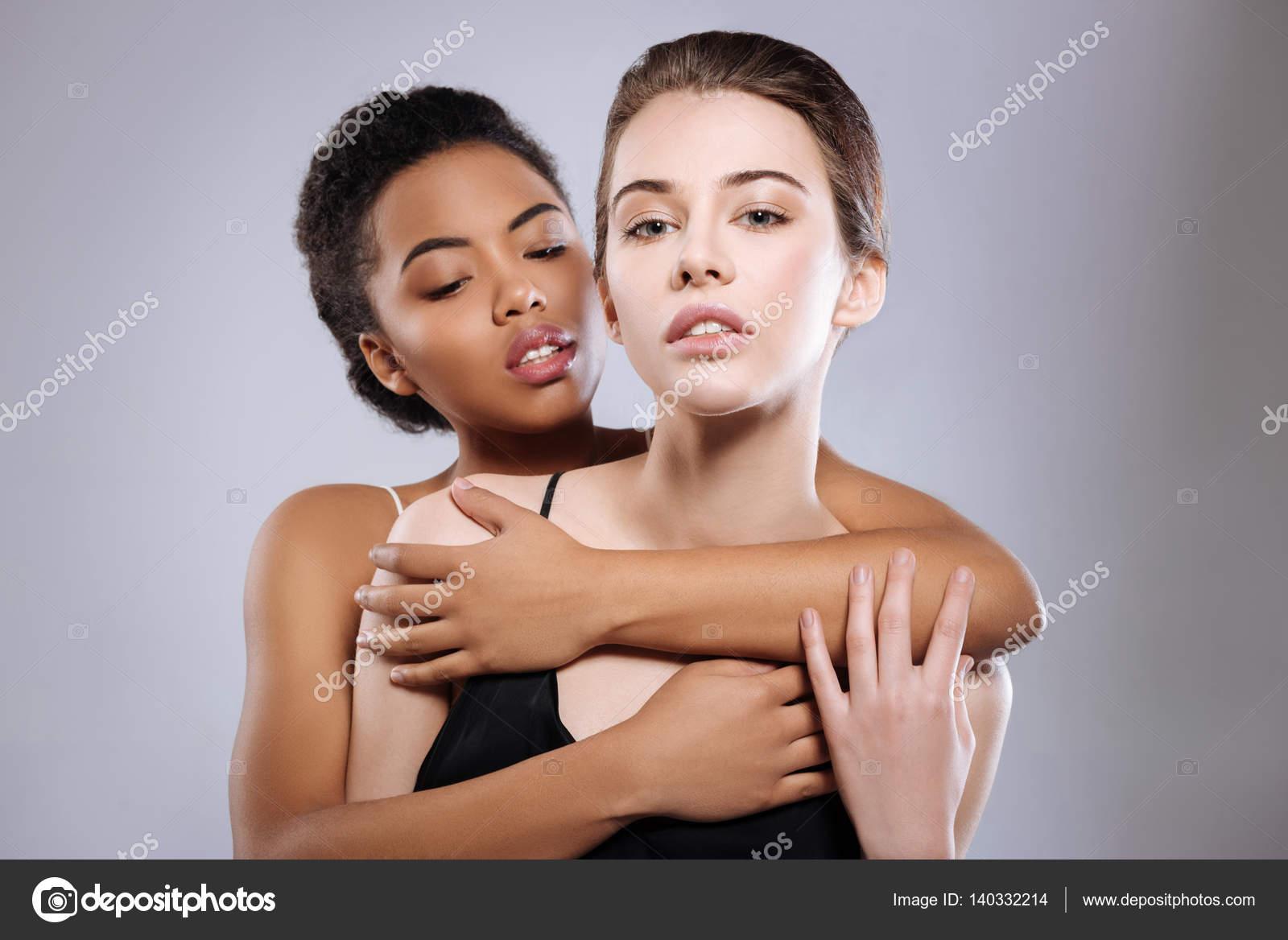 σέξι λεσβία σαγηνεύει φίλος έβενο με υγρό μουνί
