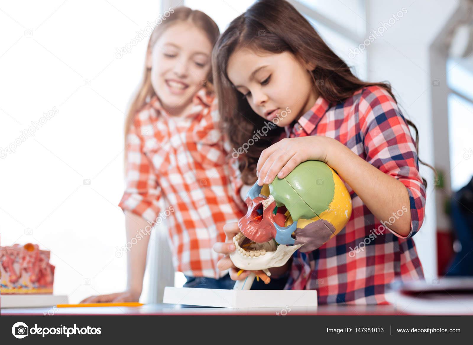 Abenteuerlustige Kinder begeistert lernen neue Dinge — Stockfoto ...