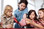 Tým mladých biologů provádějící laboratorní práce