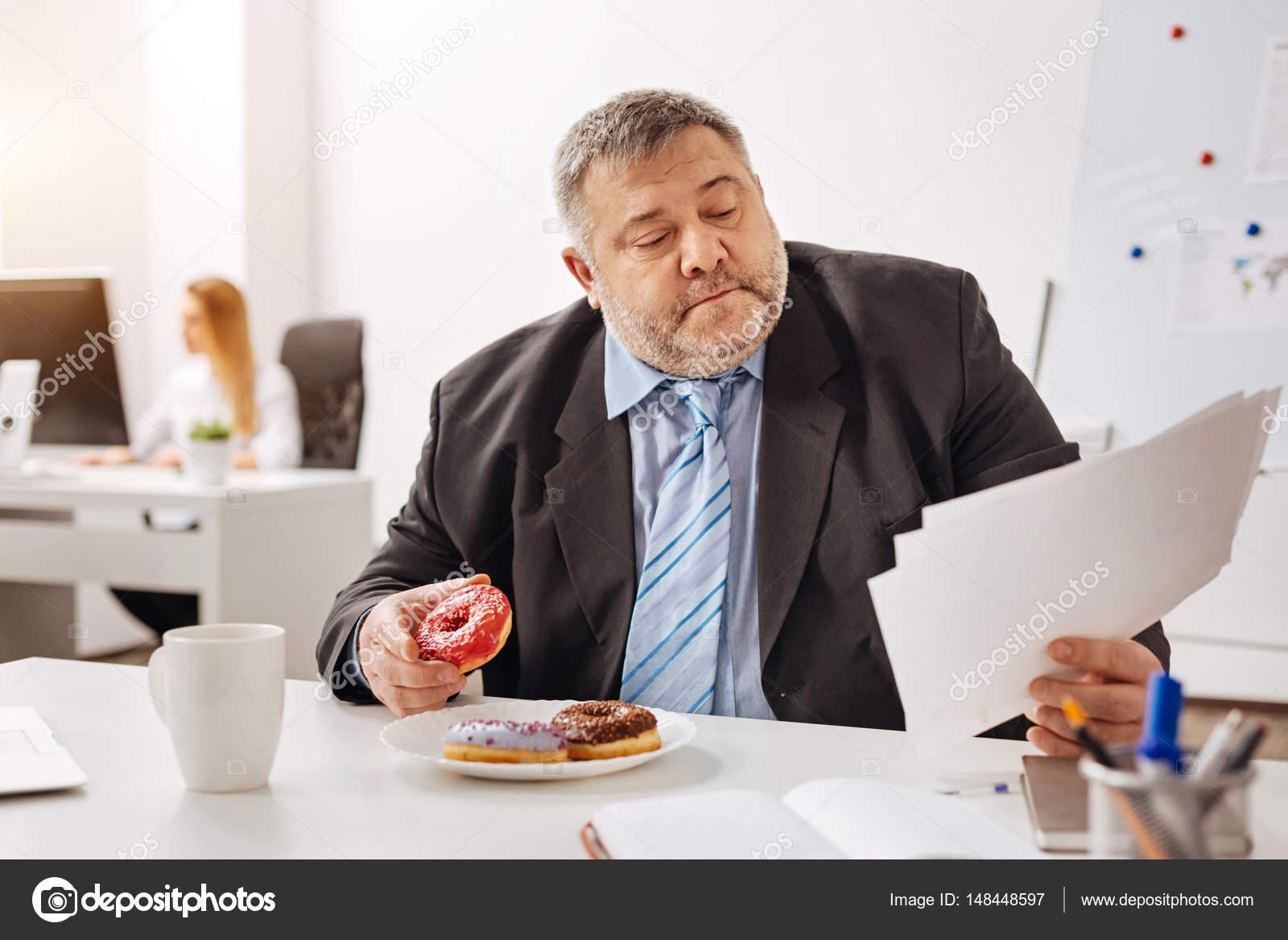 Occupe Employe Engage Manger Sur Son Lieu De Travail Photographie