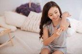 Radostné dítě, léčení jí ránu na loket doma