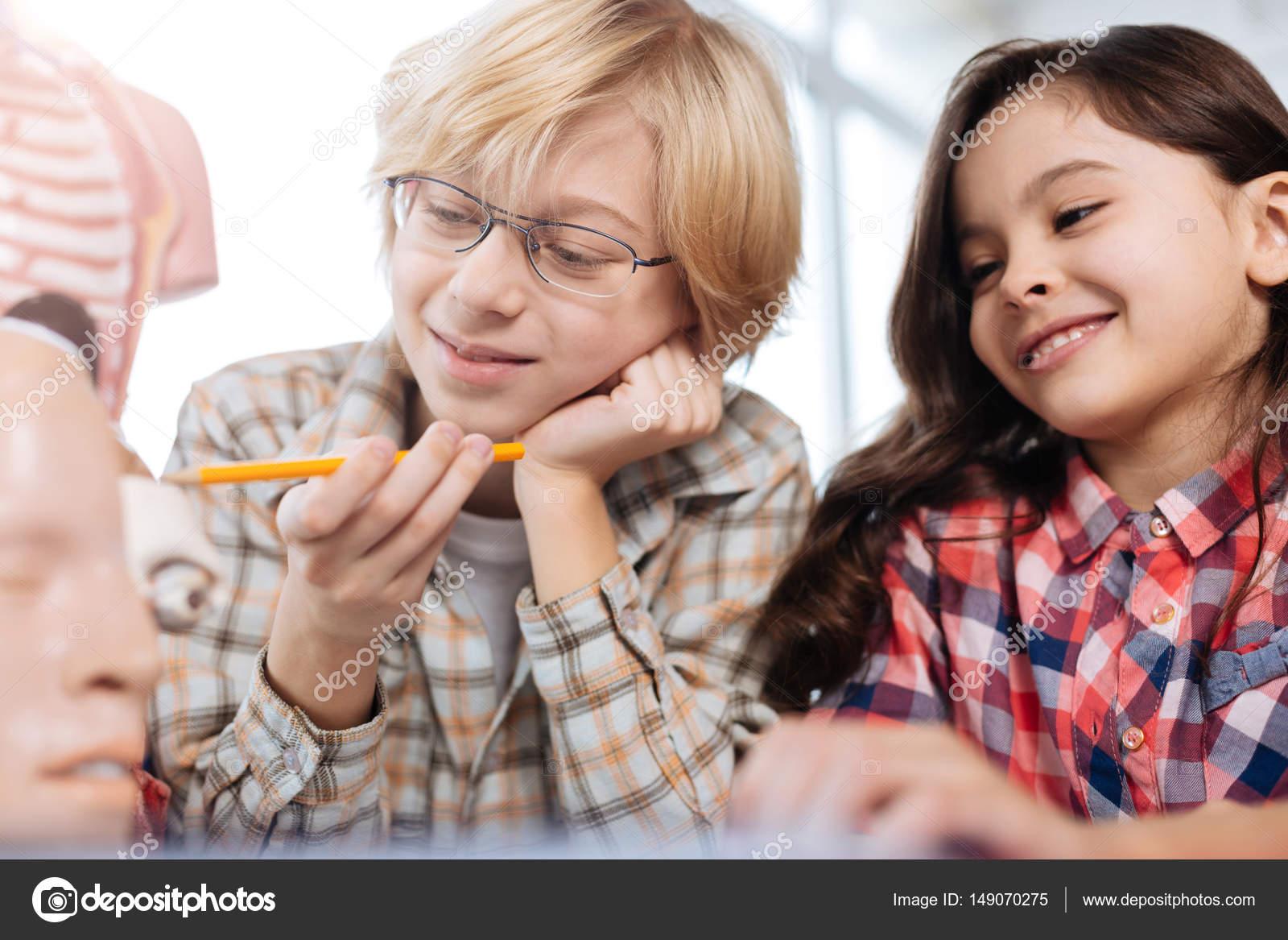 Begeisterte Kinder, Studium der menschlichen Anatomie — Stockfoto ...