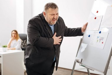 worker feeling extreme pain in chest