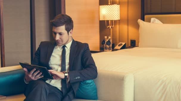 Příjemný muž, sedící na gauči