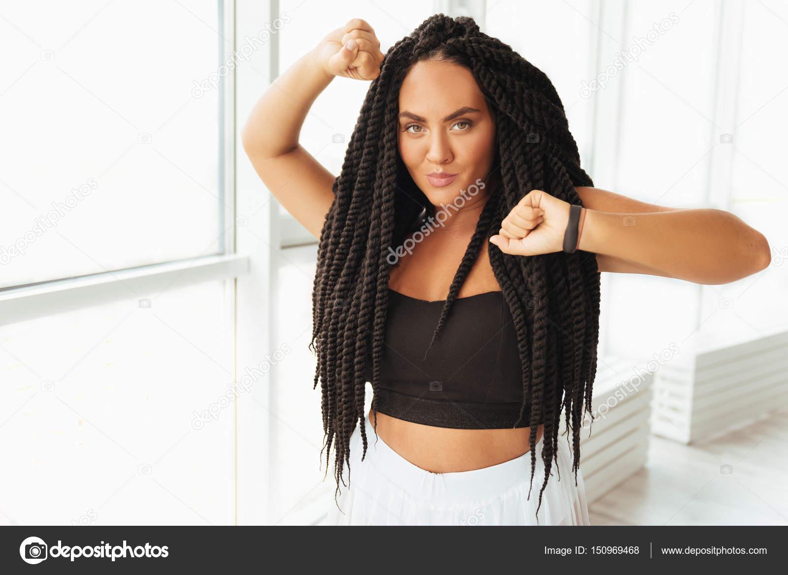 1b75bc2672c2d4 Випромінює впевненість. Спокусливі молодих дамі привабливий позують для  фотографа, у той час як носити деякий зручний спортивний одяг і  практикуючих її ...