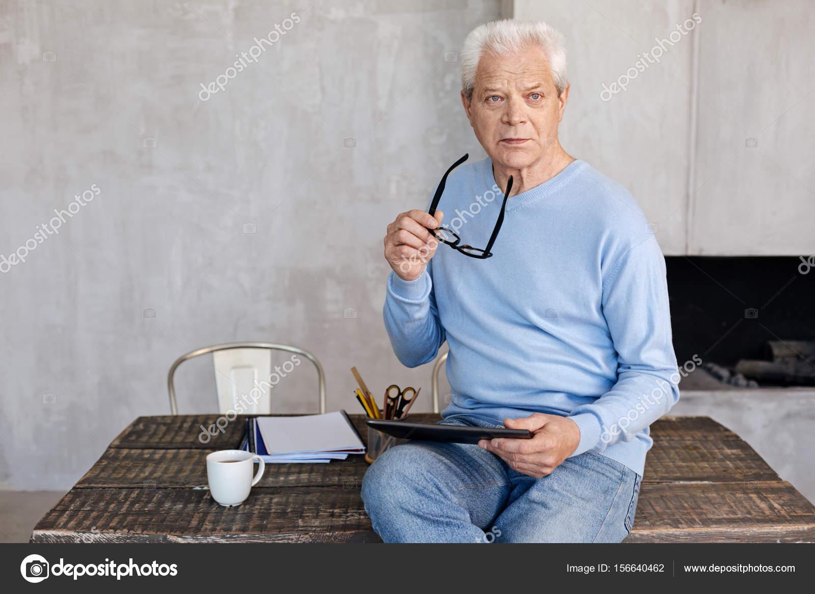 Ufficio Elegante Vita : Elegante uomo maturo che lavora nel suo ufficio a casa u2014 foto stock