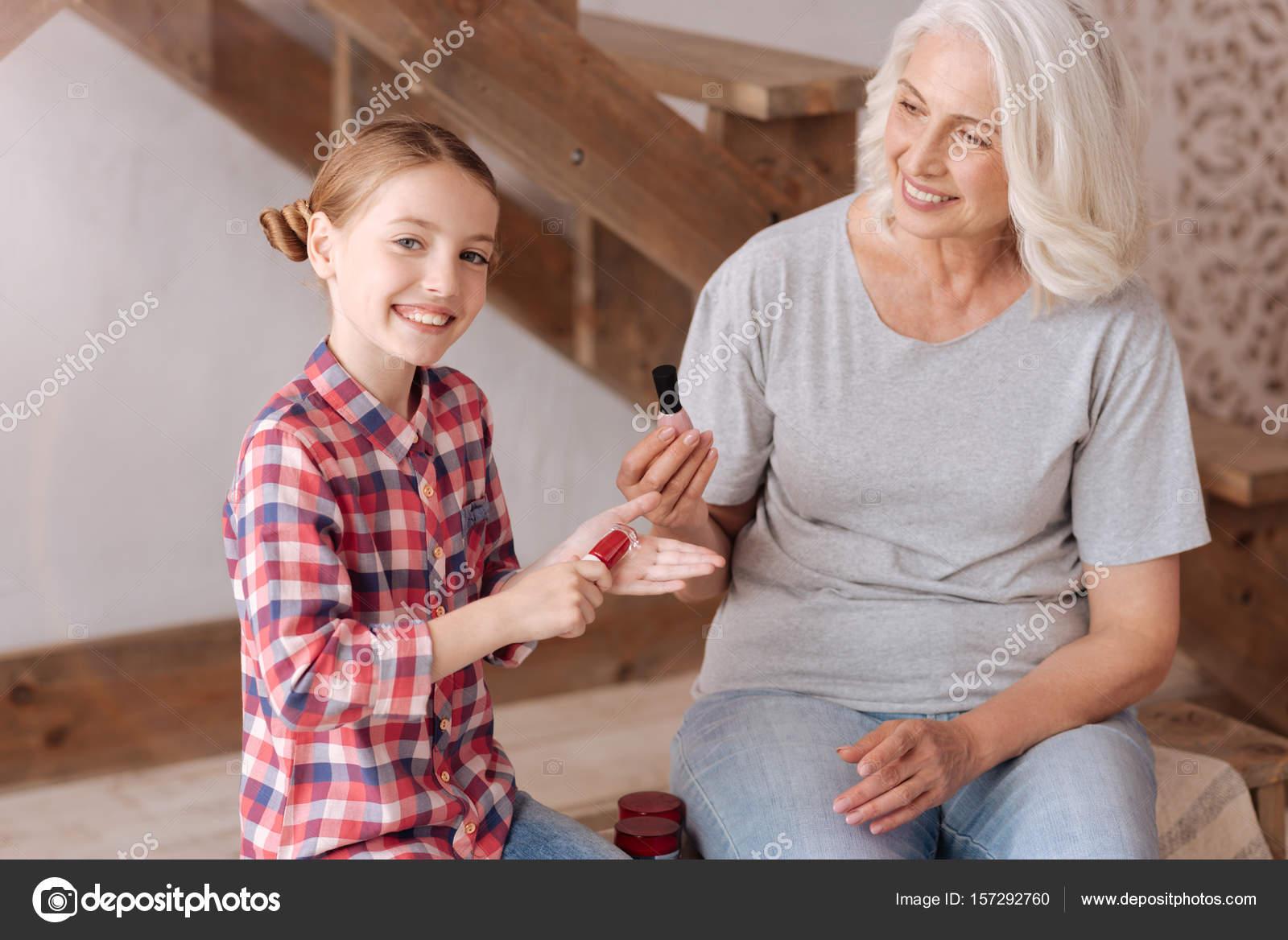 Positiven fröhliches Mädchen mit einer Nagel-Lack-Flasche ...