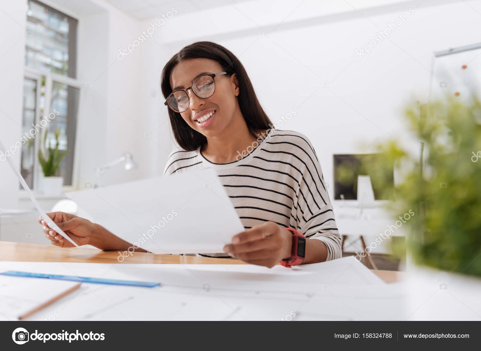Ufficio Moderno Gioiosa : Bella donna gioiosa seduto in ufficio u foto stock yacobchuk
