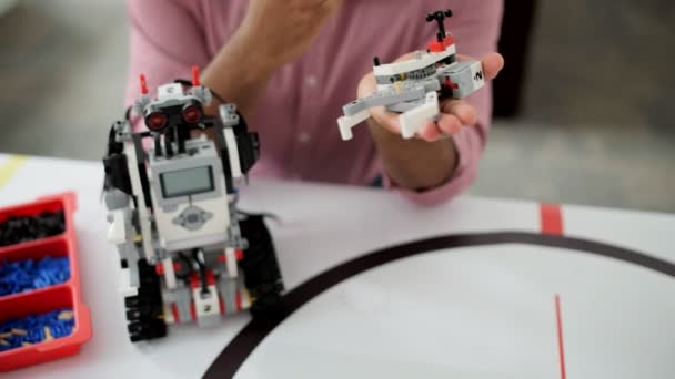 Mladí profesionální navrhování nové robotické zařízení
