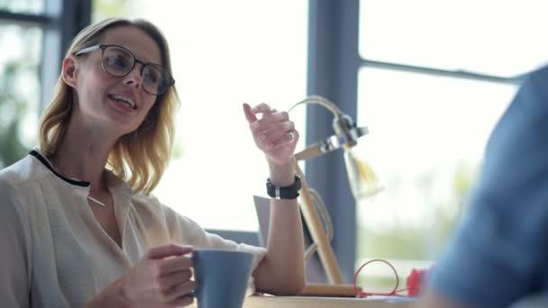Zářící paní nosíš brýle mluvit s přítelem na oběd