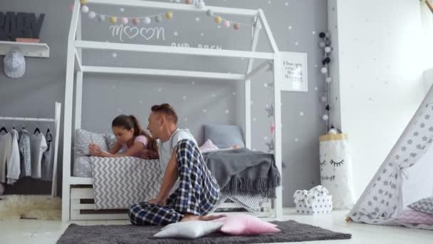 Starostlivý otec pomáhá jeho dcera s domácím úkolům