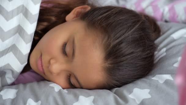 Kellemes kis lány alszik otthon
