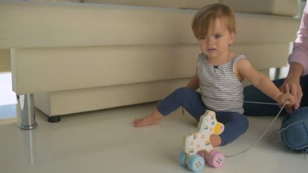 Маленькие девочки раздеваются видео