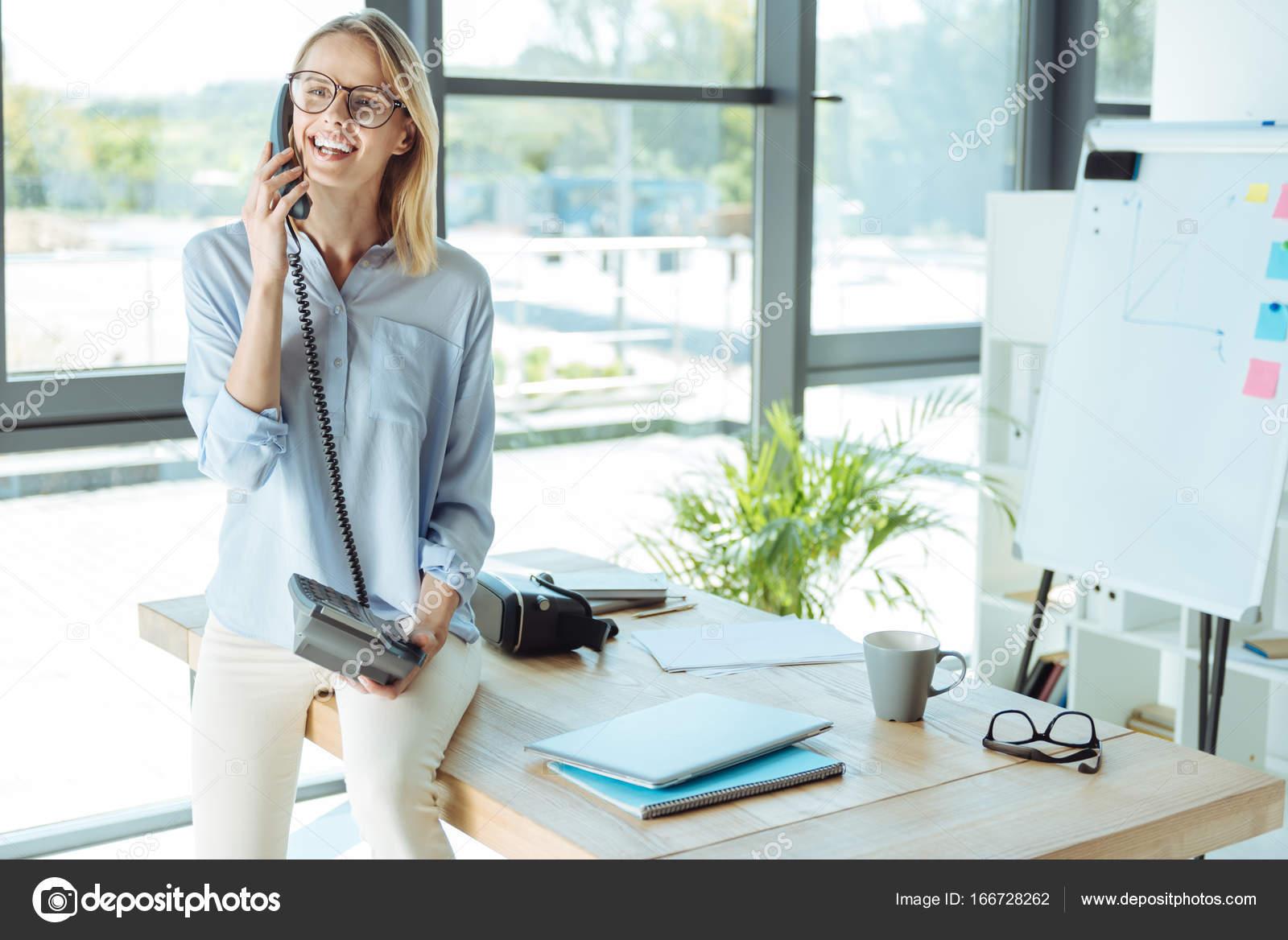 Mujer bonita alegre hablando por el tel fono fijo de oficina foto de stock yacobchuk1 166728262 - Telefono de oficina de ryanair ...