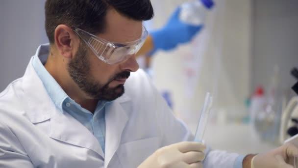 Koncentrovaný chemie profesionální míchání látek v laboratoři